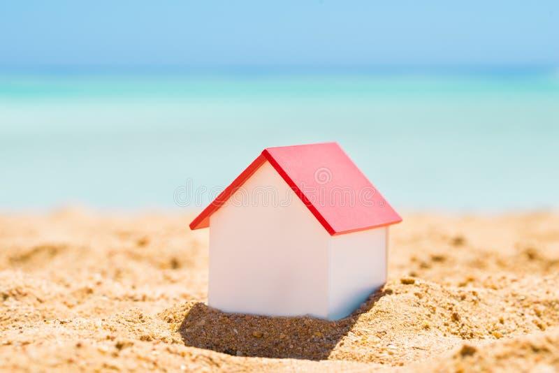 Huis Modelon beach stock afbeeldingen