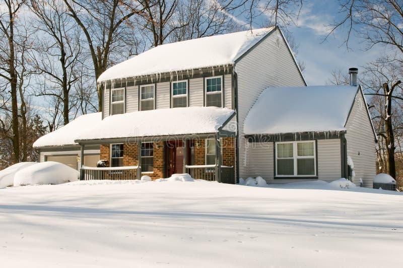 Huis na de wintersneeuwstorm royalty-vrije stock foto