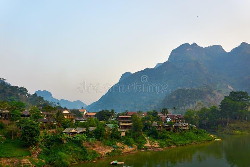 Huis in Nam Ou River in Nong Khiaw, Laos stock foto's