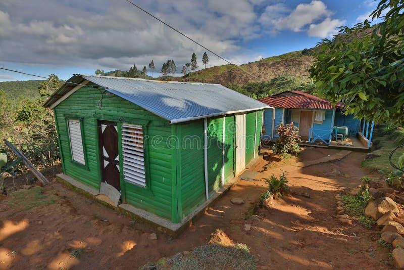 Huis onder bergen stock fotografie