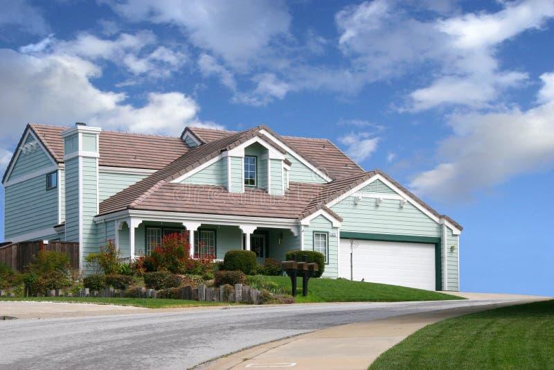 Huis op de heuvel stock afbeelding