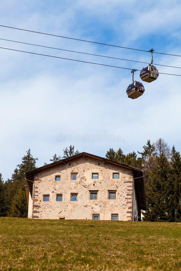 Huis op de heuvel en berggondellift royalty-vrije stock afbeelding