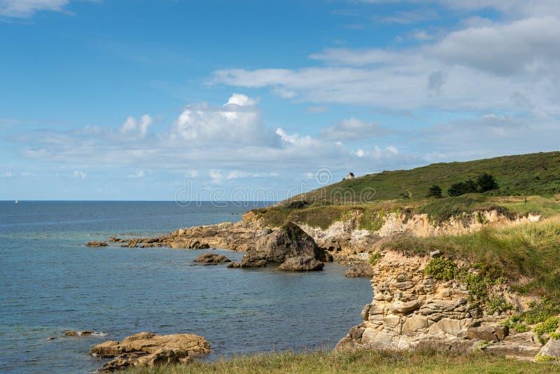 Huis op de klippen, de baai van Le Loc'h (Frankrijk) royalty-vrije stock afbeelding