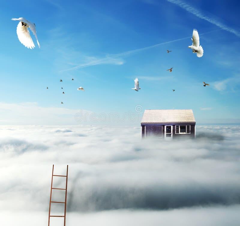 Huis op de wolken royalty-vrije stock afbeeldingen