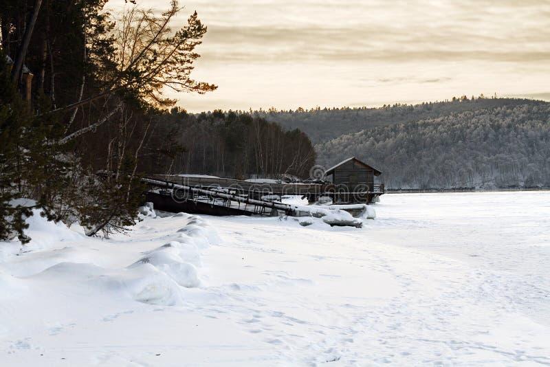 Huis op een rivier stock fotografie