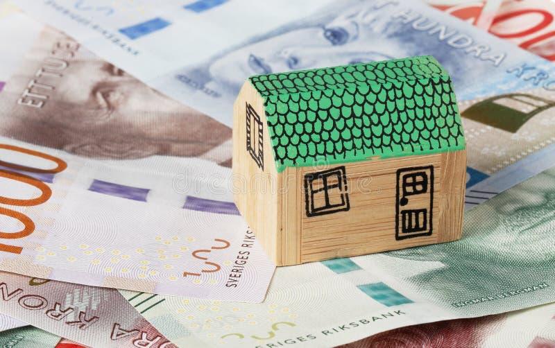 Huis op geld stock afbeeldingen