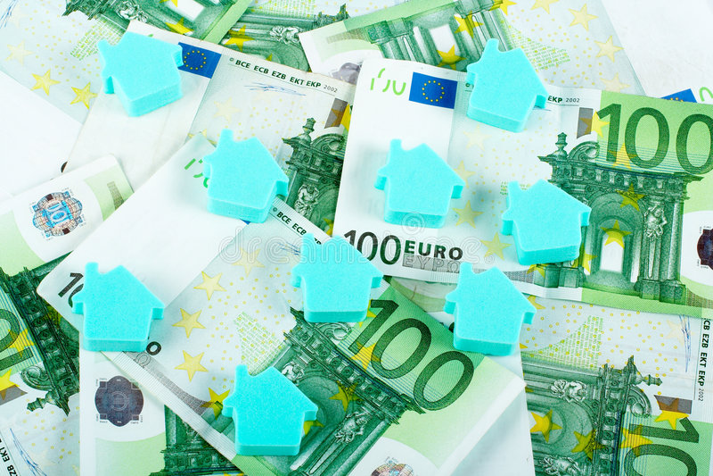 Huis op geldachtergrond stock fotografie