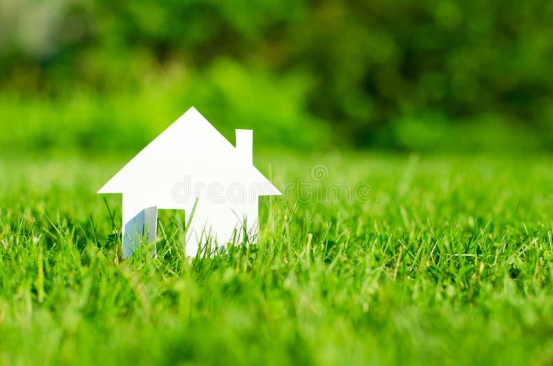 Huis op groen gebied stock fotografie
