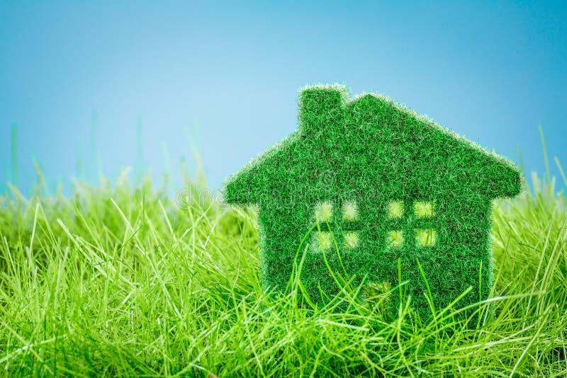 Huis op het groene gras royalty-vrije stock fotografie