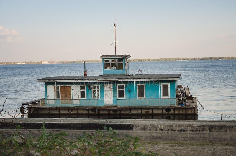 Huis op het water in horizontale de zomer stock fotografie