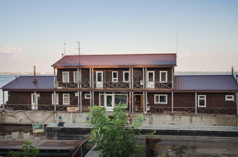 Huis op het water in horizontale de zomer royalty-vrije stock foto