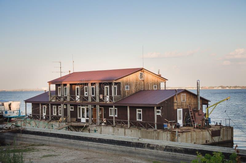 Huis op het water in horizontale de zomer royalty-vrije stock fotografie