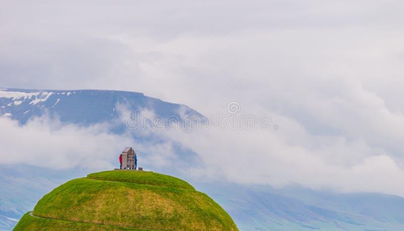 Huis op heuvel in Reykjavik, IJsland haven stock afbeeldingen