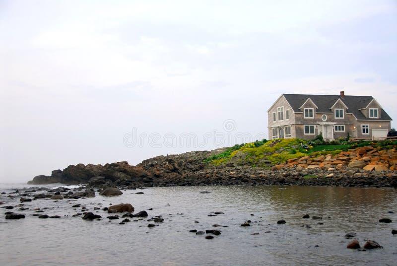 Huis op oceaankust royalty-vrije stock foto's