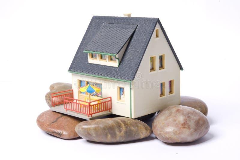 Huis op rots stock foto