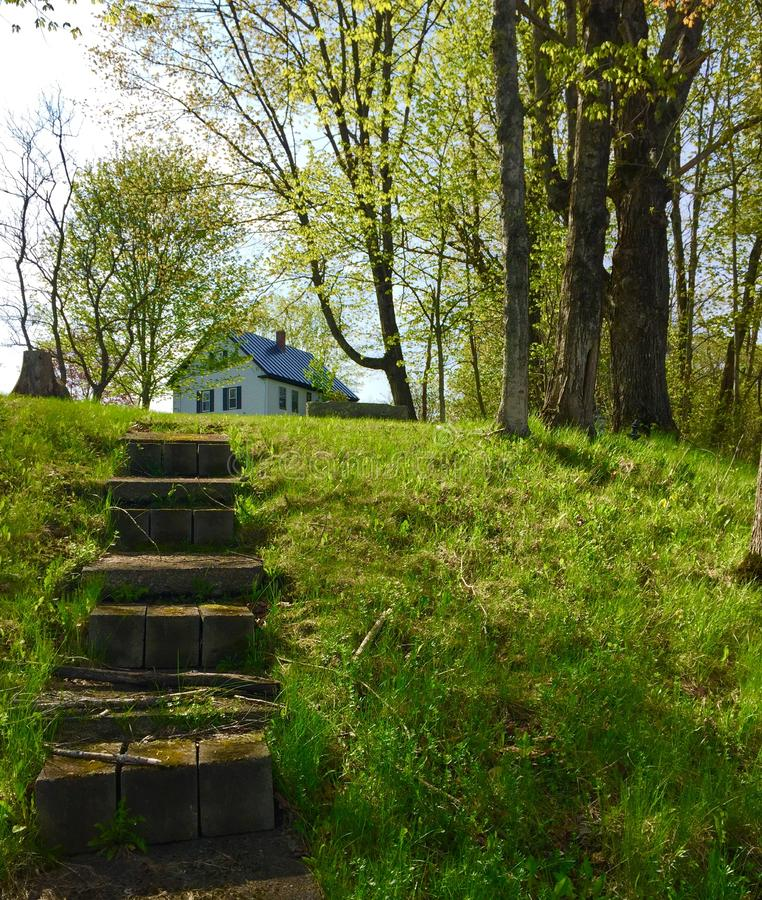 Huis op steile heuvel met stappen stock foto