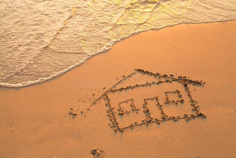 Huis op strandzand dat wordt geschilderd royalty-vrije stock fotografie