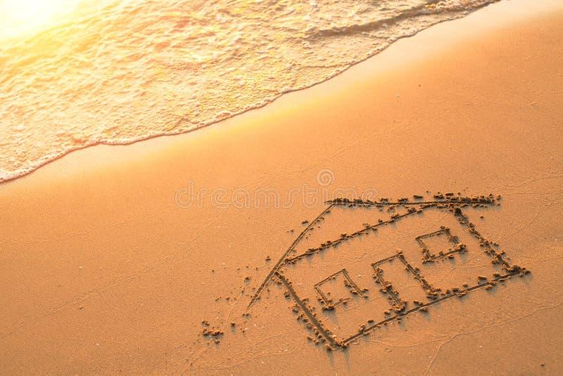 Huis op strandzand dat wordt geschilderd Reis Overzees stock foto's