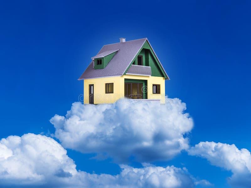 Huis op wolken stock foto's