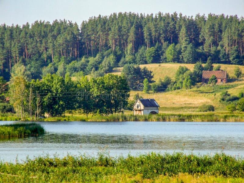 Huis over het meer in Polen stock foto