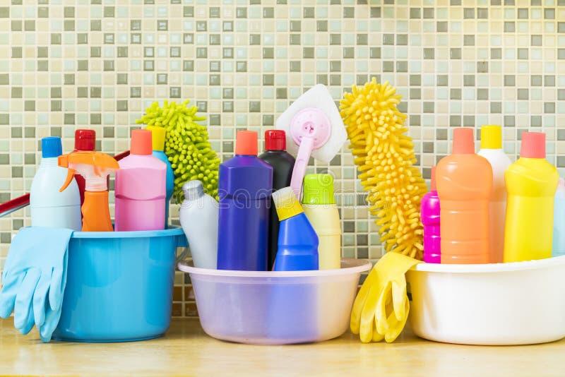 Huis schoonmakend product in de keukenruimte stock fotografie