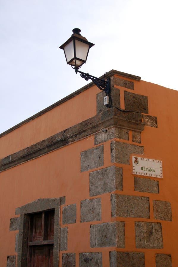Huis in sinaasappel met het houten deuren en teken van de straatnaam stock fotografie