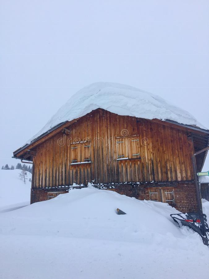 Huis in Sneeuw wordt behandeld die royalty-vrije stock fotografie