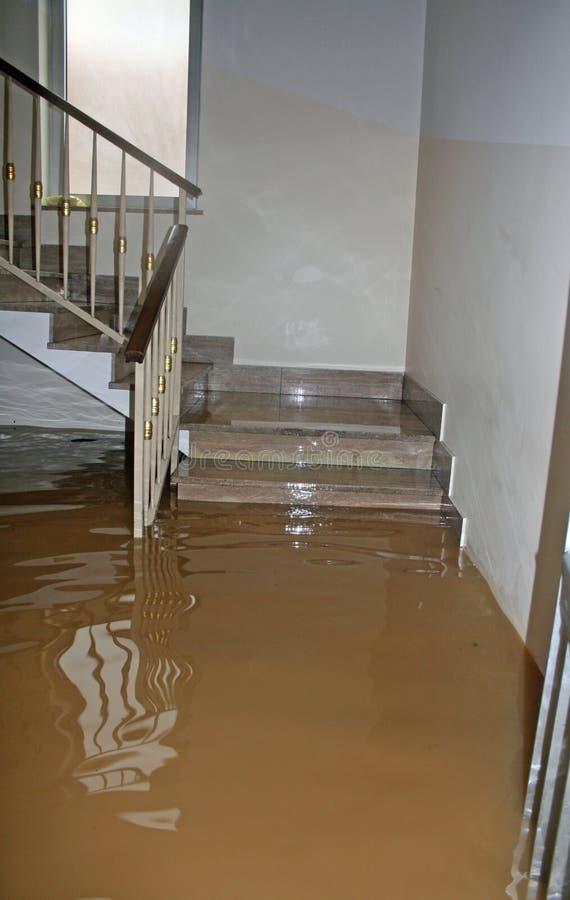 Huis tijdens de overstroming van de rivier volledig wordt overstroomd die royalty-vrije stock afbeelding