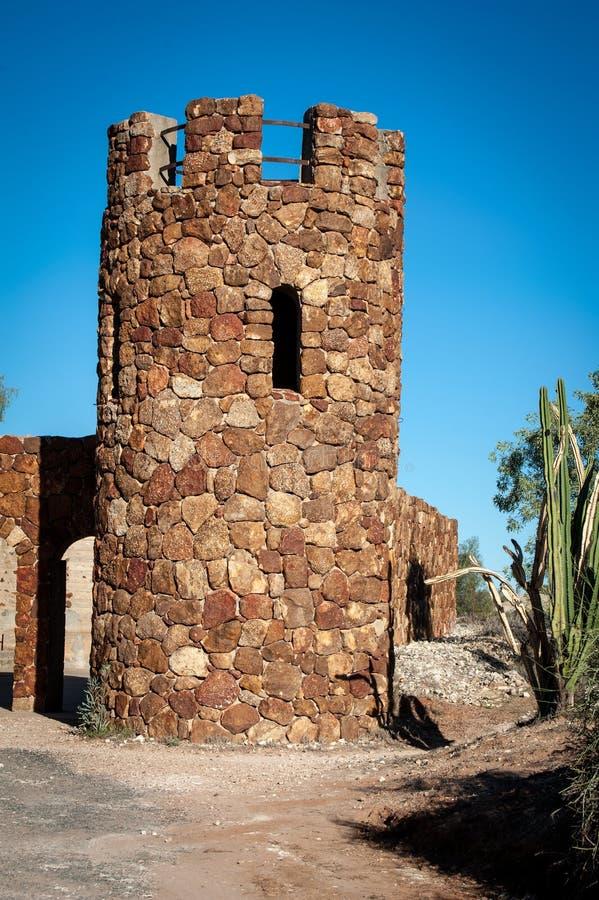 Huis of toren van steen wordt gemaakt die stock afbeeldingen