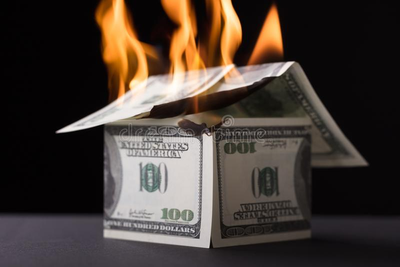 Huis uit Bankbiljet het Branden in Brand wordt samengesteld die royalty-vrije stock afbeelding