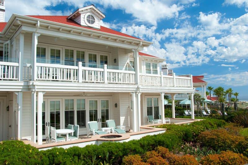 Huis van de het strandzomer van de luxe het Amerikaanse droom royalty-vrije stock afbeeldingen