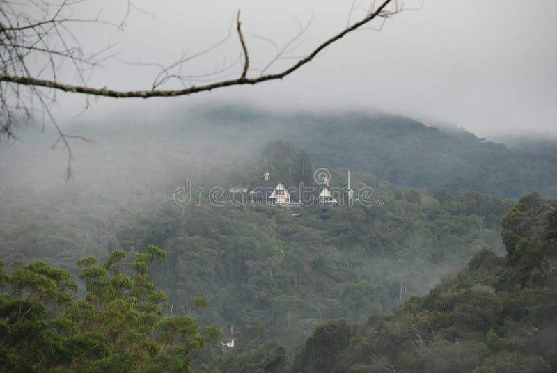 Huis van een mistige heuvel royalty-vrije stock foto