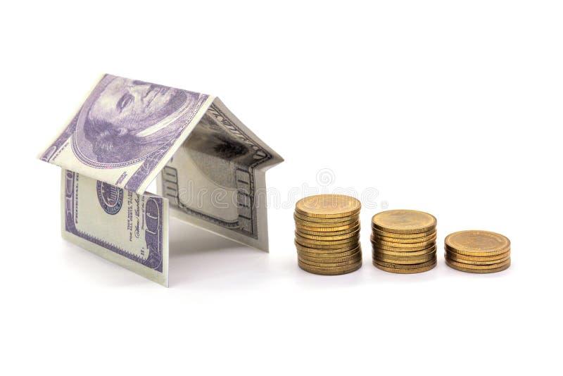 Huis van het geld wordt van de contant gelddollar op witte achtergrond wordt geïsoleerd gemaakt die royalty-vrije stock afbeeldingen