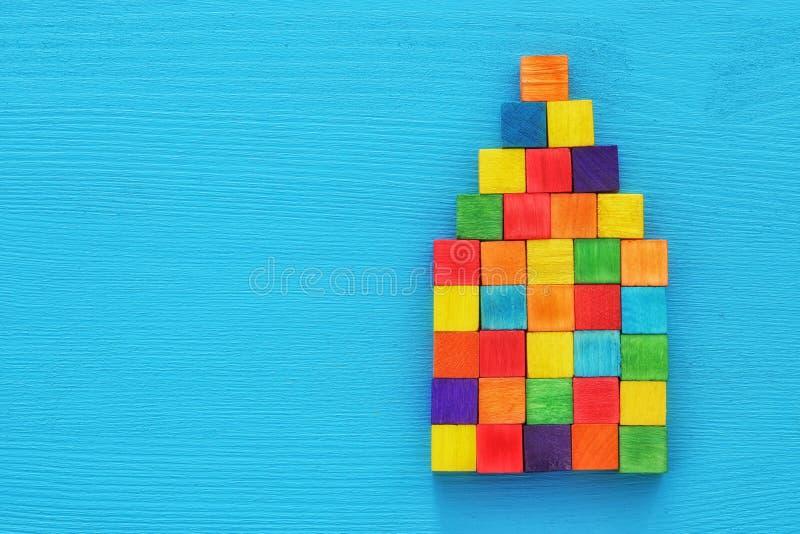 huis van houten kleurrijke blokken blauwe geweven achtergrond die wordt gevormd concept voor onroerende goederen die, die naar hu royalty-vrije stock foto