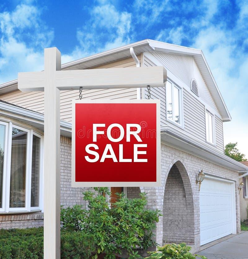 Huis voor het Teken van de Verkoop stock foto's