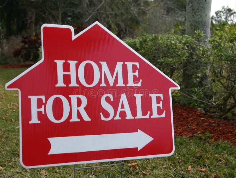 Huis voor het Teken van de Verkoop stock afbeelding