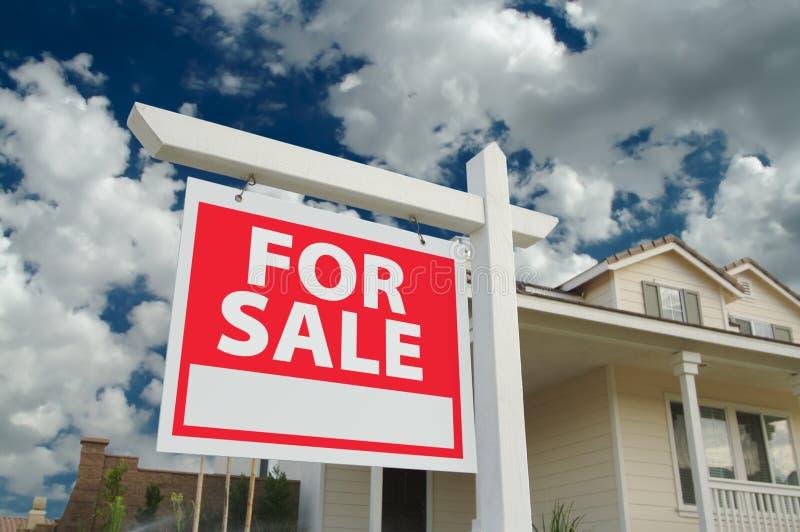 Huis voor het Teken van de Verkoop & Nieuw Huis stock afbeelding
