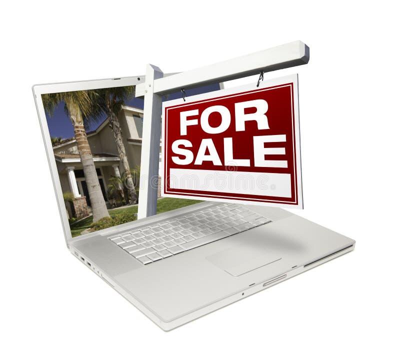 Huis voor het Teken van de Verkoop & Nieuw Huis op Laptop royalty-vrije stock afbeeldingen