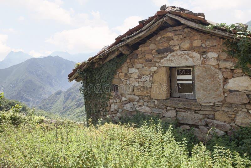 Huis voor verkoop in een dorp royalty-vrije stock fotografie