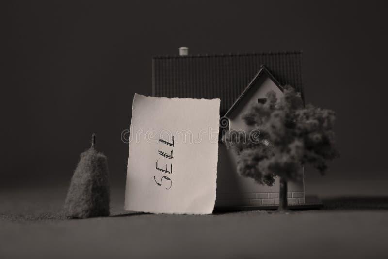 Huis voor verkoopadvertentie, miniatuur stock afbeelding
