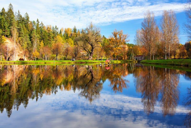 Huis voor zwanen op het meer in het de herfstbos stock afbeeldingen