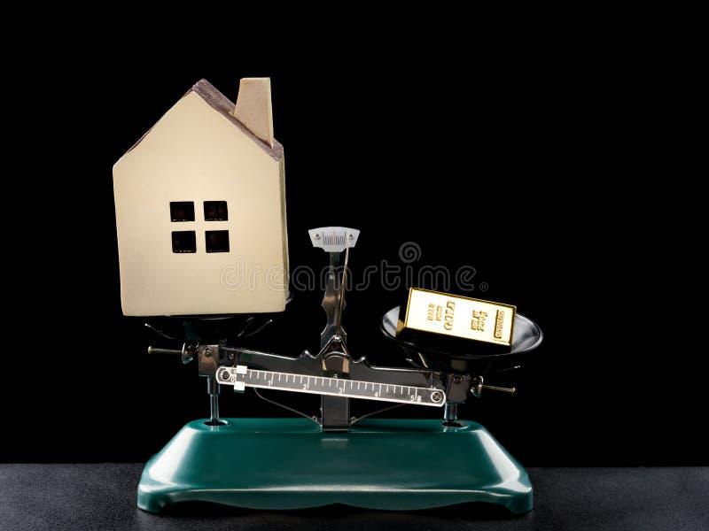 Huisaansteker dan gouden bar op zwart waardeloos concept huis royalty-vrije stock foto
