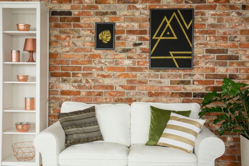 Huisbinnenland met bakstenen muur stock afbeeldingen