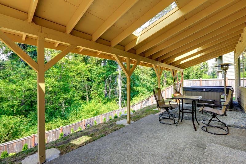 Huisbinnenplaats met Jacuzzi en terrasgebied stock afbeeldingen