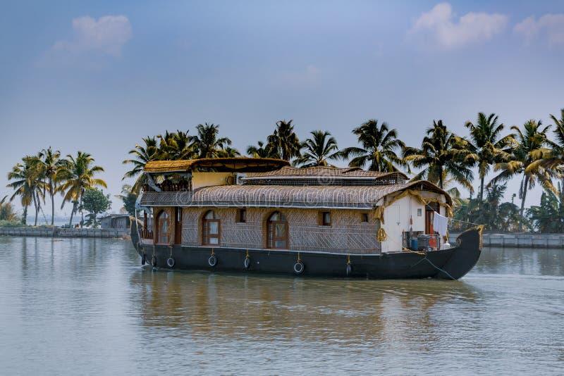 Huisboot die door de binnenwateren van Kerala varen stock afbeelding