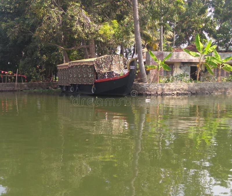 Huisboot op binnenwater stock afbeelding