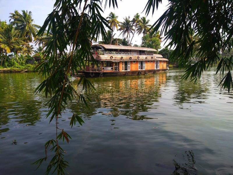 Huisboot op binnenwateren stock afbeeldingen