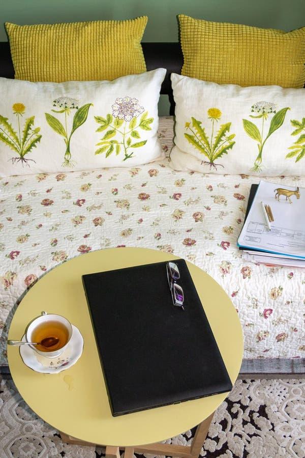 Huisbureau met computer in een woonkamerbinnenland royalty-vrije stock afbeeldingen