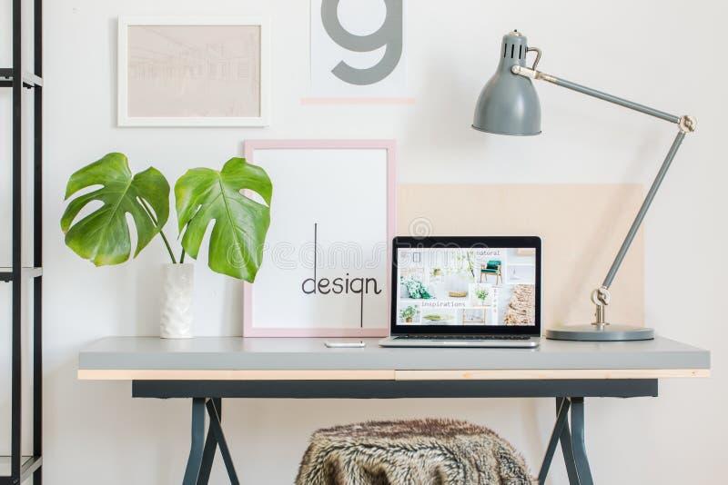 Huisbureau met eenvoudige affiches stock afbeelding