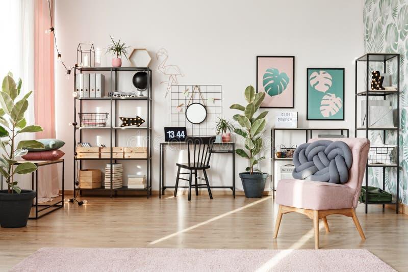 Huisbureau met roze elementen royalty-vrije stock foto's
